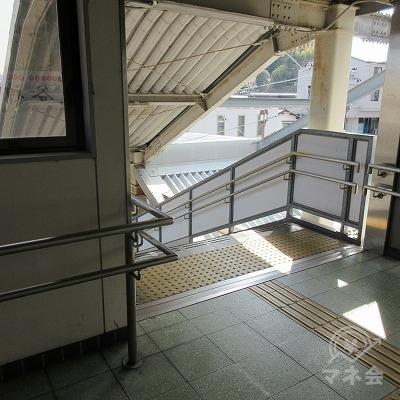 階段を下り、駅外に出ます。