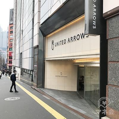 洋服店ユナイテッドアローズを通過します。