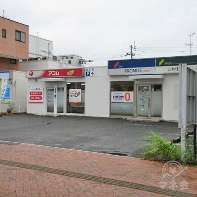 看板がある敷地内にアコムの店舗があります。