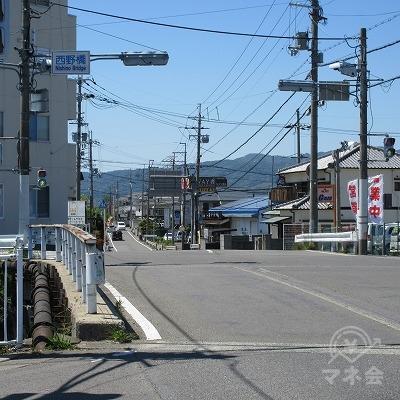 西野橋を越えた横断歩道で、反対側に渡ります。
