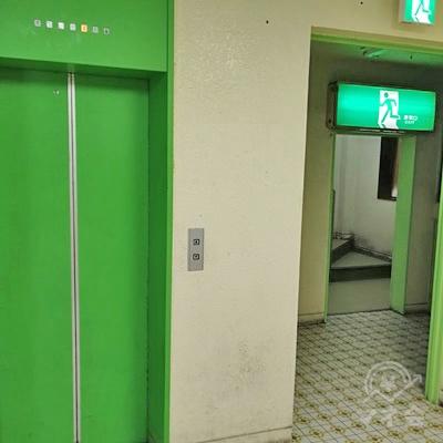 階段を上って2階に行き、エレベーターか階段で3階に行きましょう。