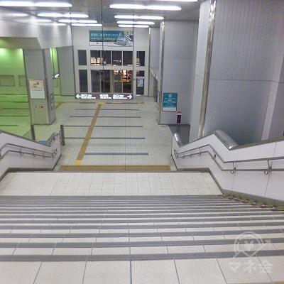突き当たりの階段を地上へ下ります。