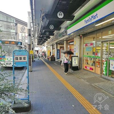 ファミリーマートの前を歩きます。