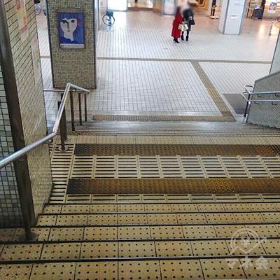 正面の階段で下り、右折します。