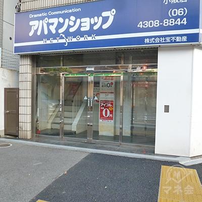 ビルの左手に入口があり、アコムは3階にあります。