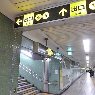 少し歩くと、地下道の左手に5番出口に通じる階段があります。