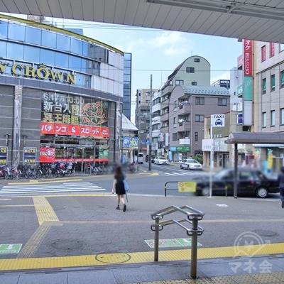 右に曲がるとすぐに駅前通りがあります。