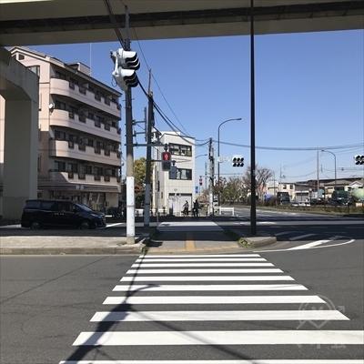 向かい側にセブンイレブンがある横断歩道を渡り高架をくぐります。