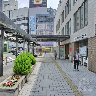 右に曲がったら駅舎つたいに真っすぐ進みます。
