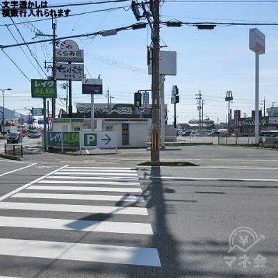 真野二丁目交差点の横断歩道を渡り、プロミス看板がある方へ進みます。