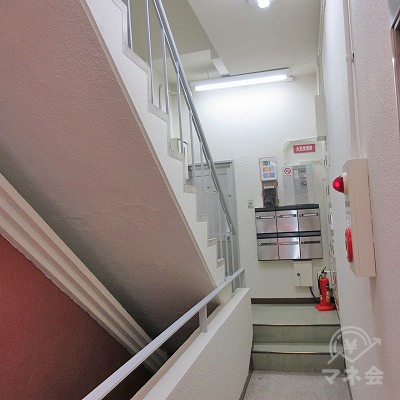 階段で2階へ上がります。