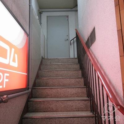 階段(L字になっています)で2階に上がります。