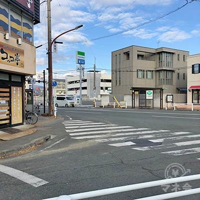 駅沿いを50mほど進むと大通りに出るので、左折します。