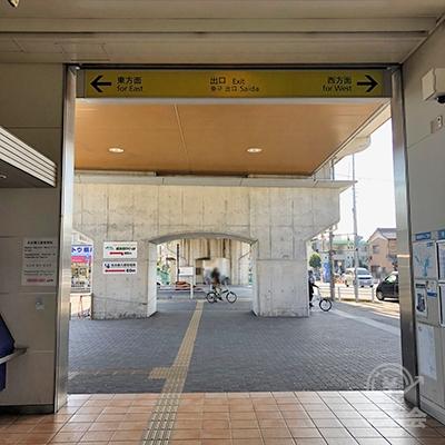 名古屋臨海高速鉄道の名古屋競馬場前駅の出口は1つです。左折し東方面へ向かいます。
