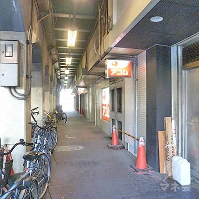 ガード下に入るとすぐ、アコム店舗に到着です。