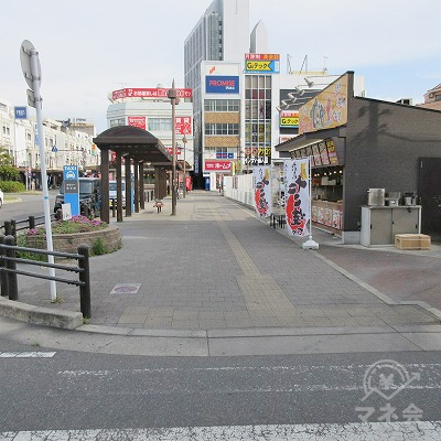 横断歩道を渡り、たこやき屋を右手に進みます。