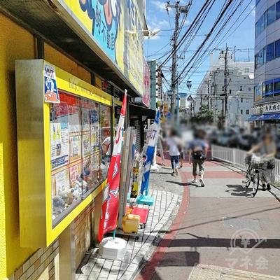曲がり角を左に曲がります。黄色の建物が目印です。