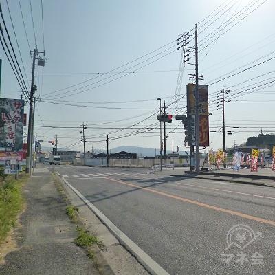幹線道路沿いを300m進むと交差点がありますので、反対側へ渡ります。