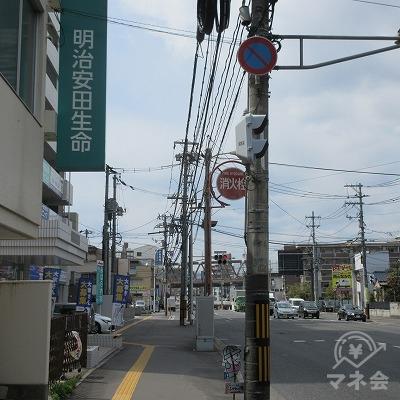 正面に明治安田生命の看板が見えます。