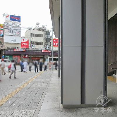 駅外に出て、右へ進めば、プロミスの看板が確認できます。
