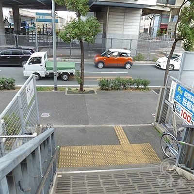 階段を下りると左右に延びる歩道があるので、右に進みます。