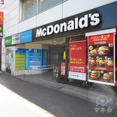 マクドナルドの入口奥に、ビルの入口があります。