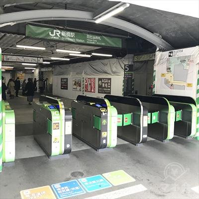 JR新橋駅の日比谷改札から外に出ます。