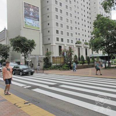 天神西交差点の横断歩道を渡ります。