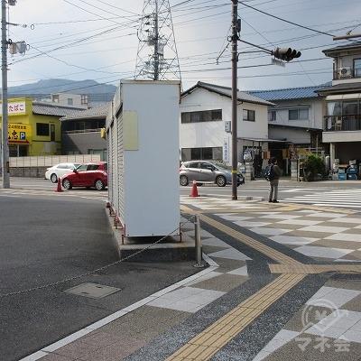 交差点(串戸6丁目5番)を左方向へ進みます。