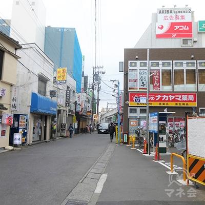 地上に降りて右手の商店街を進みます。
