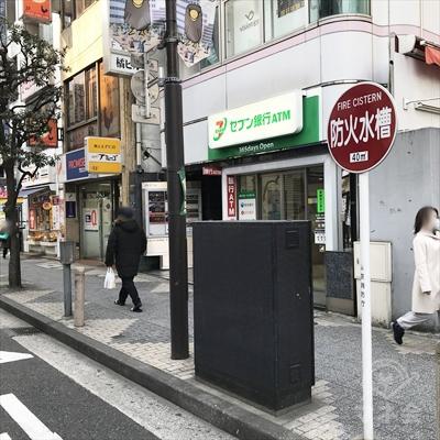 セブン銀行の1件先に店舗があります。