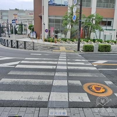 横断歩道をわたったら、すぐ左の横断歩道を渡ります。