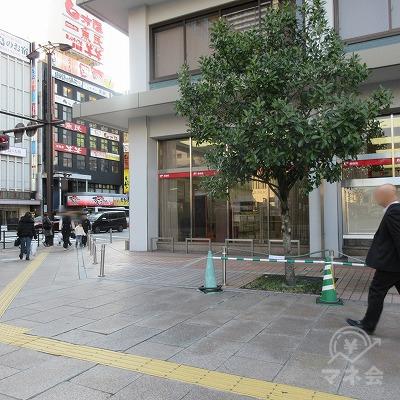 広島駅前西交差点を渡らず、右へ進みます。