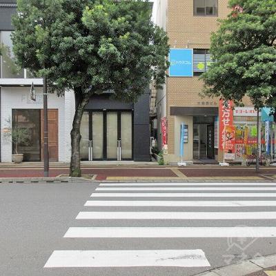 2つ目の横断歩道を渡り、左へ進みます。
