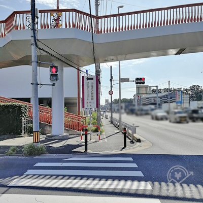 次の信号です。歩道橋があります。直進します。