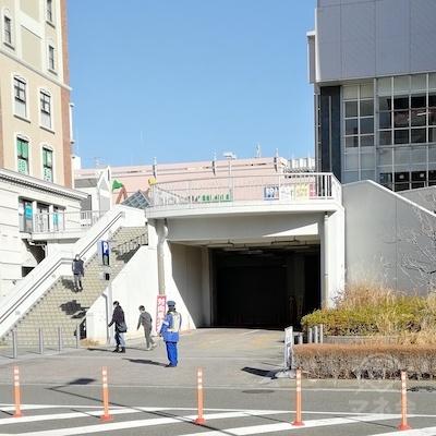 左側の階段を降りてきました。道路を渡り、左に進みます。