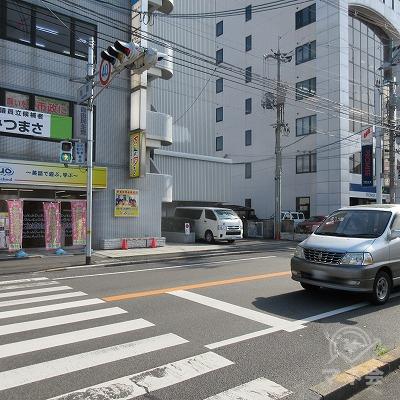 紳士服のAOKIの前にある交差点を渡り、右へ進みます。
