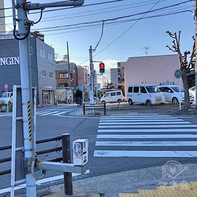 交差点の横断歩道を渡って直進します。