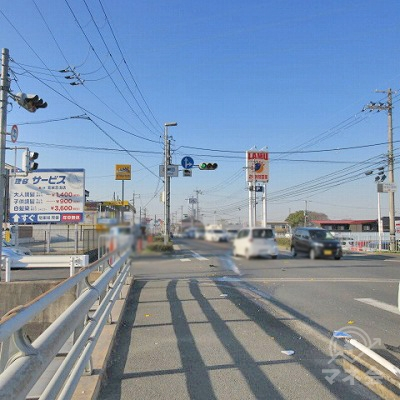 右手の国道24号線に沿って、忍海交差点方向に進みます。