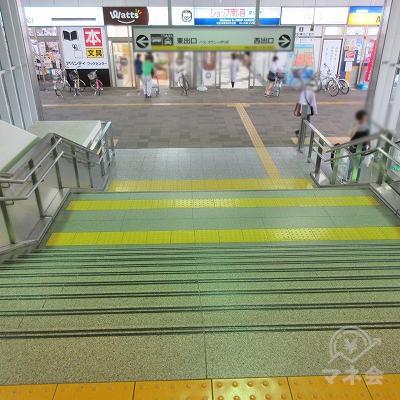 正面の階段で下ります。