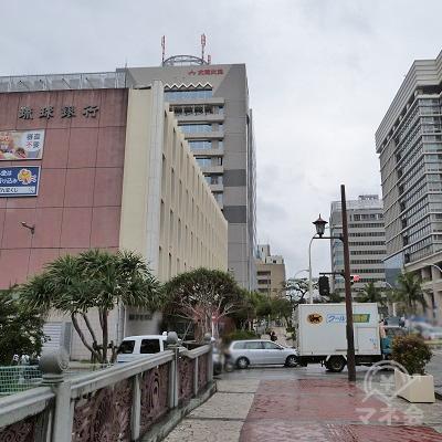 橋を渡ると左側に琉球銀行本店の建物が見えてきます。