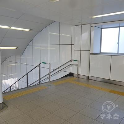 通路の突き当たり、左の階段を下り、地上に出ます。