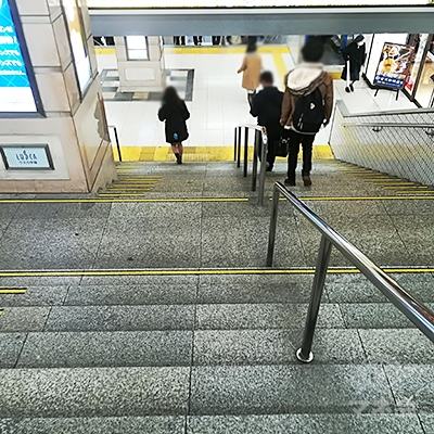 階段を下まで降ります。