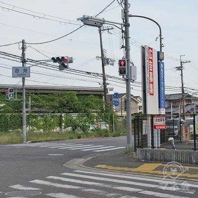 吉見交差点を右側へ曲がります。