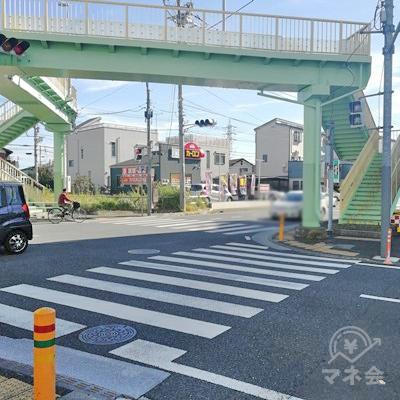 歩道橋がありますが、上らず、右の信号を渡ります。