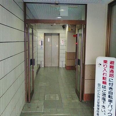 エレベーターで3階にあがります。