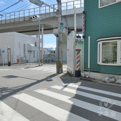 緑色のヘアーサロン側に渡った後、高架添いの横断歩道も渡ります。