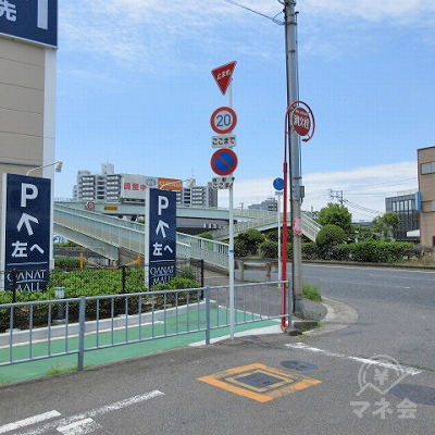 26号線に出たら左へ進み歩道橋を渡ります。