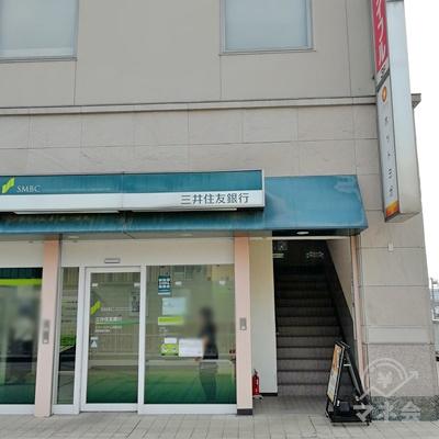 三井住友銀行の1フロア上にアコムがあります。右側に階段がありますので、上がりましょう。