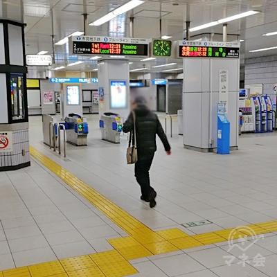 横浜市営地下鉄ブルーライン中川駅の改札です。改札を出て、左に行きます。